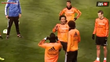 Cristiano Ronaldo charrie Pepe à l'entrainement
