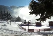 Canon à neige qui diffusent la neige..apparaissent de gros tas de neige..le 1er déc 2013 villard de lans