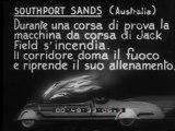 Southport Sands (Australia) Durante una corsa di prova la macchina da corsa di Jack Field s'incendia. Il corridore doma il fuoco e riprende il suo allenamento.