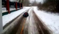 Un gars se fait tirer par un 4x4, couché dans la neige... Balade en luge sans luge!