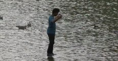 Le magicien Rahat marche sur l'eau en caméra cachée
