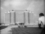 Naissance d'une cité 1956 réalisation Marcel de Hubsch prise de vues Pierre Thomas sujet construction de la cité de la Benauge ensemble d'immeubles HLM à Bordeaux