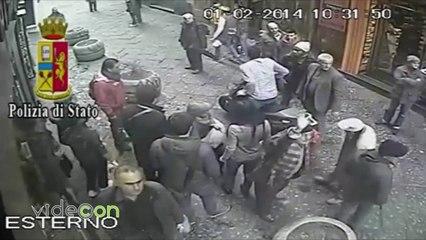 Scippo nei vicoli a Napoli, solo un immigrato difende la donna