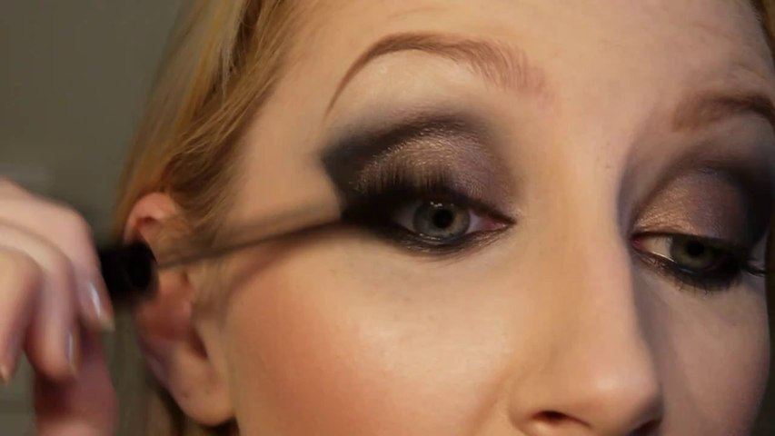 Smokey Eye Makeup using the Urban Decay Naked Palette