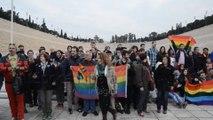 Τα ΜΑΤ απομακρύνουν το πανό της ΛΟΑΤ κοινότητας ενάντια στην ομοφοβία