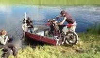 Bateau-cross - Remplacer la moteur du bateau par une moto. Débile!