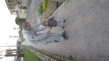 Matteo marche avec son papa