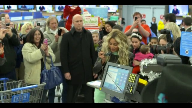 Beyonce Knowles - Beyonce Knowles Shopping At Walmart - Gives Out Gift Cards