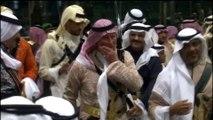 La danse des sabres du Prince Charles en robe et keffieh
