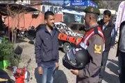 Jandarma ceza için değil, kask dağıtmak için durdurdu