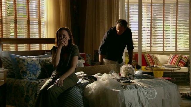 EM FAMÍLIA - Helena bate em Luiza ; Helena dá uma surra em Luiza  ao flagrá-la mexendo em suas recordações (21/02/2014)