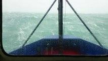 Un bateau passe des vagues de plus de 15 mètres de haut