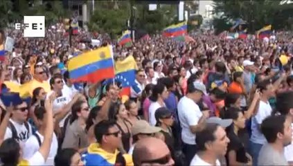 Oposição venezuelana cobra liberdade para presos e demonstra apoio a líder