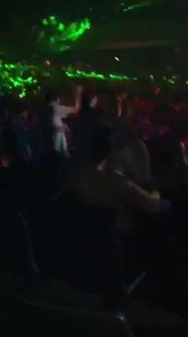 Un couple fait l'amour en plein concert monsterbuzz.fr