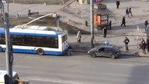 Fail : Un Russe accroche sa voiture en panne à un bus