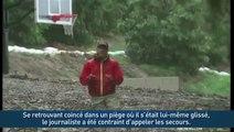 Un journaliste se retrouve coincé dans la boue en plein reportage