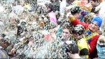 Granville : la bataille de confettis en VIDEO !