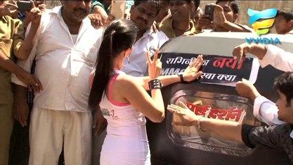 Sunny Leone in an Autorickshaw