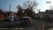 Piéton avec un pot de peinture est percuté par une voiture