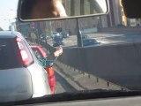 Tu t'ennuies dans ta voiture, bloqué dans les embouteillages : joue à Pierre, Feuille, Ciseaux!