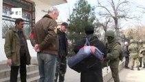 Blindados bloqueiam focos de resistência militar ucraniana na Crimeia
