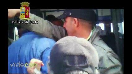Napoli, due borseggiatori in azione arrestati dalla Polizia su un bus di linea