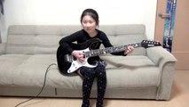 Une petite fille de 9 ans fait une reprise de Scarified à la guitare au Japon