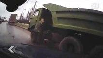 Russie: Il frôle la mort au bord d'une route