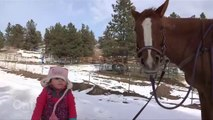 Cette petite fille promène son cheval comme une grande