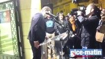 Philippe Tabarot et ses militants chantent la Marseillaise devant sa permanence à Cannes
