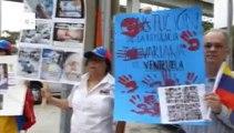 Venezuelanos protestam em frente a consulado do Brasil em Miami