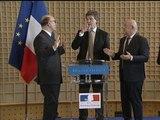 """Montebourg à Moscovici après la passation de pouvoirs : """"Tu nous paies un coup?"""" - 03/04"""