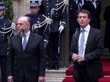 Cérémonie de passation des pouvoirs entre Manuel Valls et Bernard Cazeneuve au ministère de l'intérieur