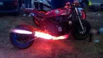 Moto avec un pot d'échappement en feu