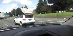 Un Matelas cerf-volant, sur le toit d'une voiture!