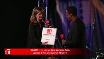 Smarty recoit le prix RFI Découvertes des mains de Cécile Mégie, directrice de RFI