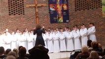 les petits chanteurs à la croix de bois chantent pour les maisons de retraite