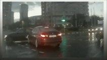 Une voiture qui surgit de nulle part... Complètement dingue
