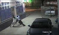 Un homme en scooter aide un voleur mais l'emmène en réalité au poste de police