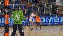 Heidi Loke coince le ballon dans l'équerre / Erd - Györ / Hongrie Handball