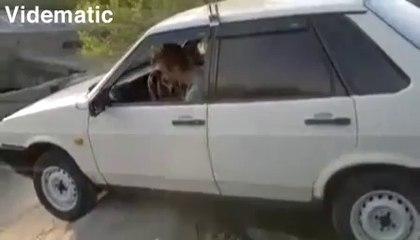 Nehirde araba keyfi
