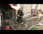 Un pompier chinois transporte une bouteille de gaz en feu