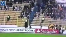 Un fantôme se balade dans les tribunes lors d'un match de foot