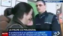 Femme Smacks un policier et se fait Smacked Retour