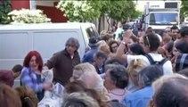 A Athènes, des Grecs se bousculent lors d'une distribution de nourriture gratuite
