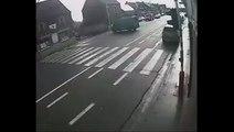 Une camionnette en gros dérapage contrôlé