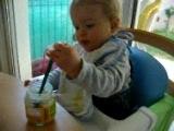 Lucas mange tout seul