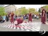 Anche i monaci buddhisti fanno la break dance. Ed anche bene