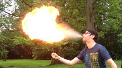 Manu a appris à cracher du feu !