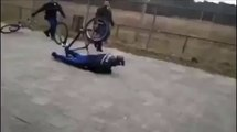 Policier à vélo qui s'éclate au sol... Gros Fail ridicule!